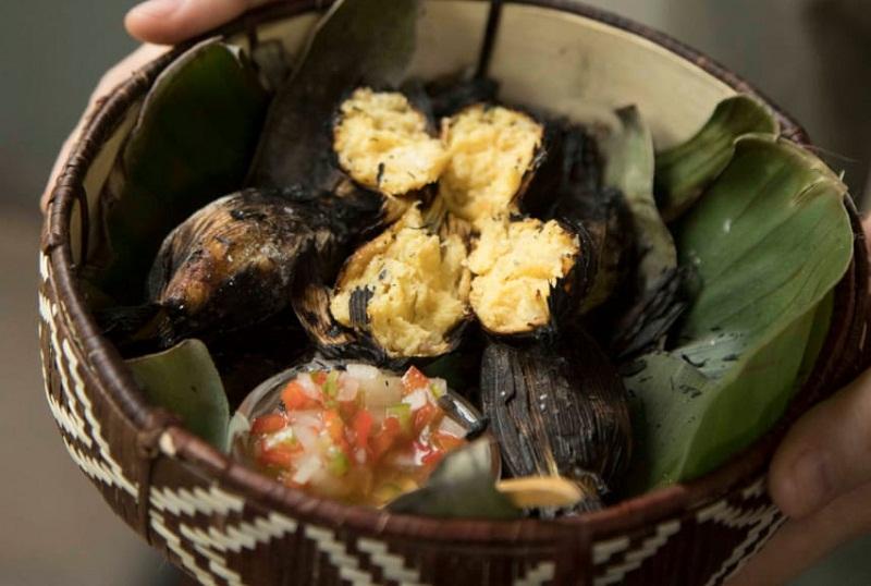 Kai kua, elaborada con una masa parecida a la de la chipa guazú, se rellena la chala, se cocina al vapor y se termina al tatakua. Se acompaña con una salsa criolla con umeboshi (una variedad de ciruela).
