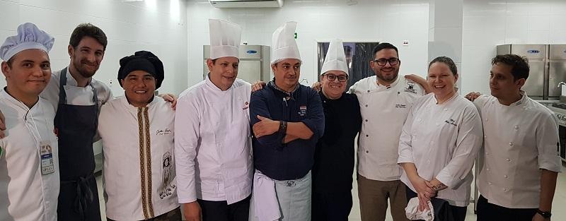 Foto de los chefs participantes. Los últimos de la derecha son Giovanni Sopcseyszen, Argentina; Fabi Barao, Brasil y Derlis Bogado, Paraguay.