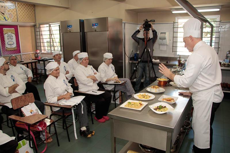 El chef Sandro Giacomo Reghellin del Cordon Bleu dictando las clases sobre cocina italiana como parte del diplomado de Cocinas del Mundo.