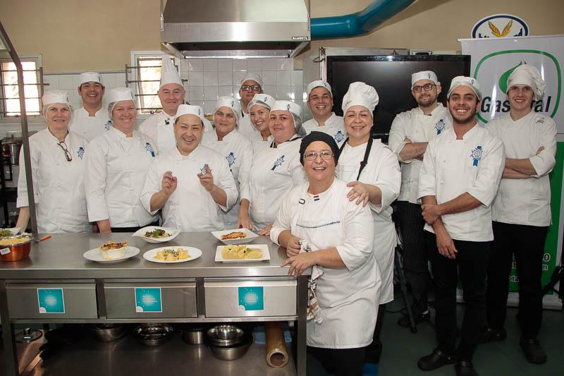 Atrás, con una cofia alta, el chef del Cordon Bleu posa junto a los cocineros que forman parte del curso de diplomado en Cocinas del Mundo,