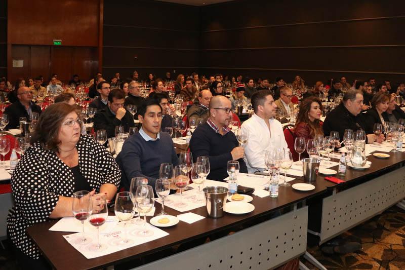 Amantes del vino participando en charlas
