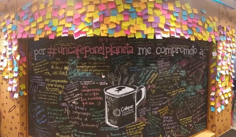 Así quedó el mural de Cafepar donde los consumidores insertaban sus mensajes. Cuando ya no hubo lugar, llenaron de papelitos las paredes y pilares de cartón.