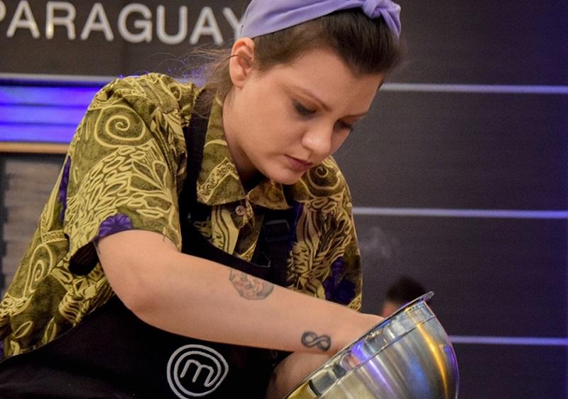 Martita Martínez abandonó anoche MasterChef Paraguay. El cheesecake que estaba preparando se le cayó al piso, poco antes de terminar el tiempo para presentarlo. Fotos del archivo oficial de MasterChef Paraguay.