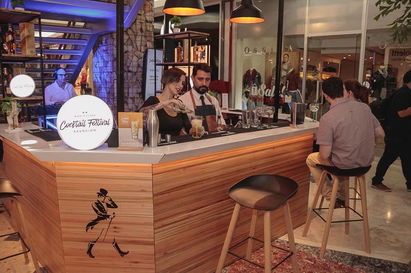 Este es el pop up bar que se instaló en la planta baja del Shopping del Sol, donde todos los días hay actividad en relación al festival de coctelería.
