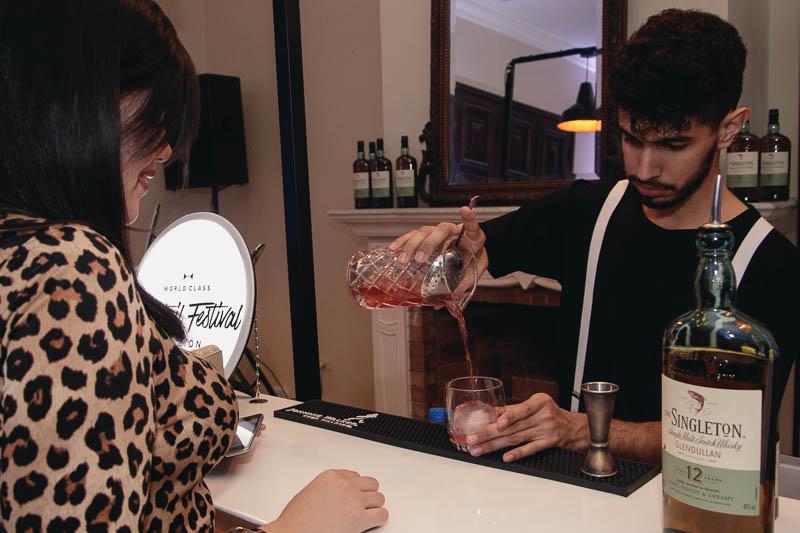 Josmar Figueras, el mejor bartender de Paraguay 2019 preparando un Singleton Berry Fashioned en el marco del Cocktail Festival.
