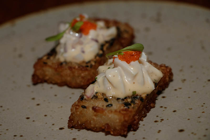 Crispy Rice. Tartar de pulpo, salsa acevichada y masago sobre shari crocante. Huevos de pez usado para decorar, shari sinónimo de arroz