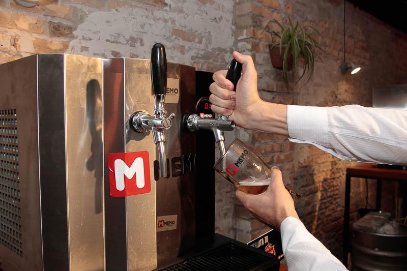 Un primer plano de las choperas Memo, que tiene dos canillas. Puede despachar cervezas de distintas marcas o la misma marca en ambas canillas.