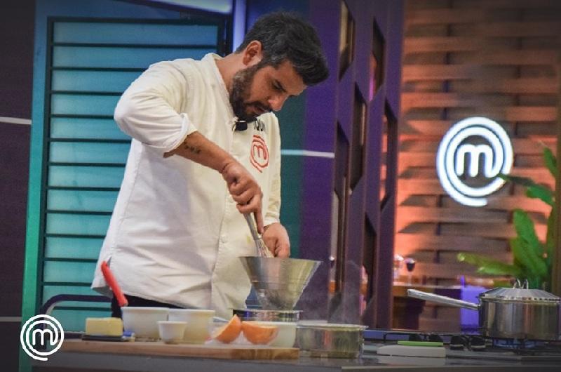 Joaquín en plena tarea de preparación de sus platos.
