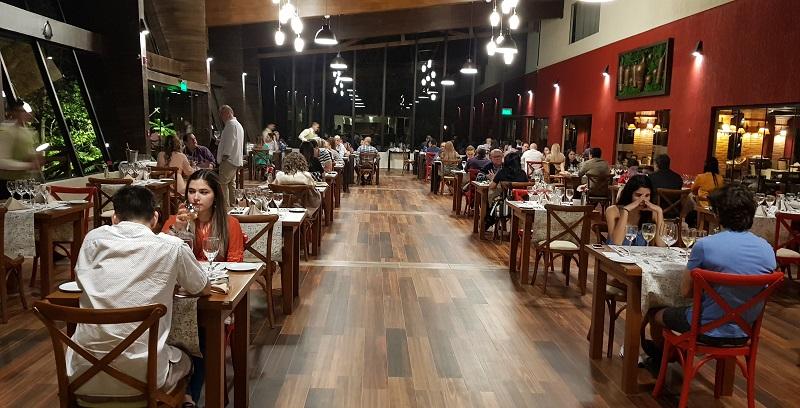El nuevo salón del Hotel Alta Gracia de Caacupe. Tiene capacidad para unas 150 personas. El restaurante del lugar tiene un concurrido buffet dominical que ahora incorpora una gran parrilla.