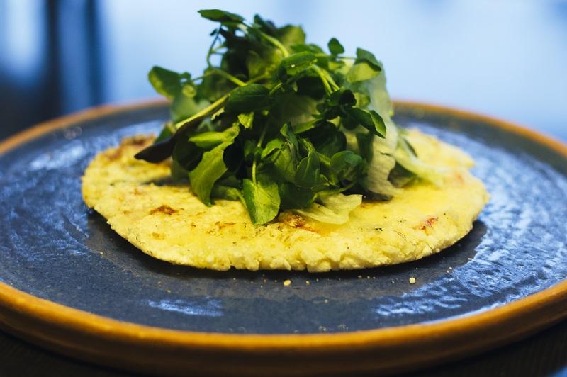 Mbeju relleno de que tomates, queso y olivas.