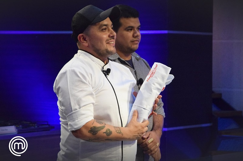 Julian Endara, chef de El Hormiguero Rar Bar fue el primero en recibir su chaqueta.