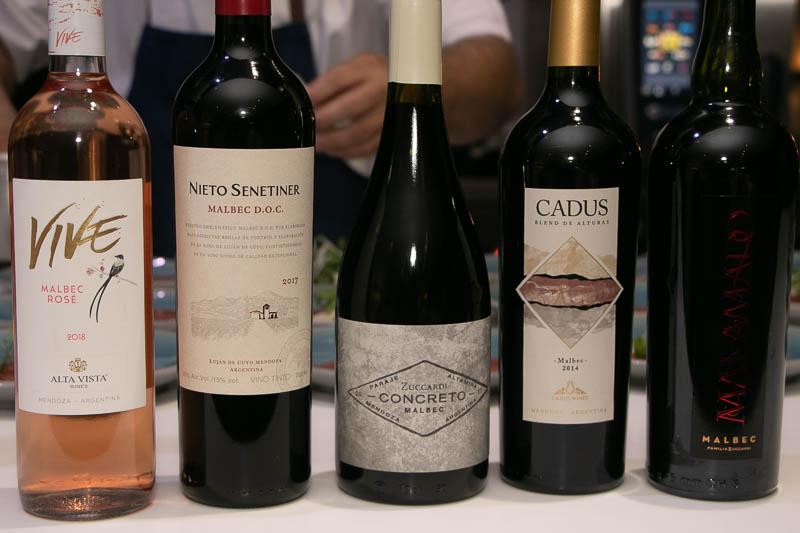 Cinco vinos elaborados con malbec. Incluso hubo una bienvenida con un espumante de Santa Julia.