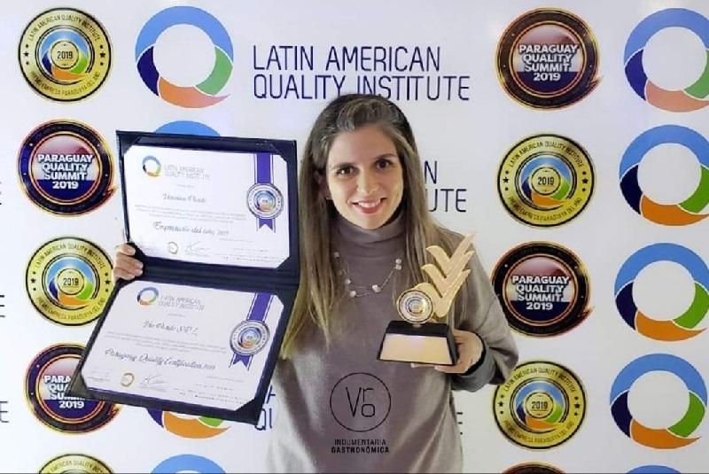 Verónica Pardo exhibiendo la última distinción recibida por su trabajo profesional. Esta vez del Latin American Quality Institute como empresaria del año 2019.