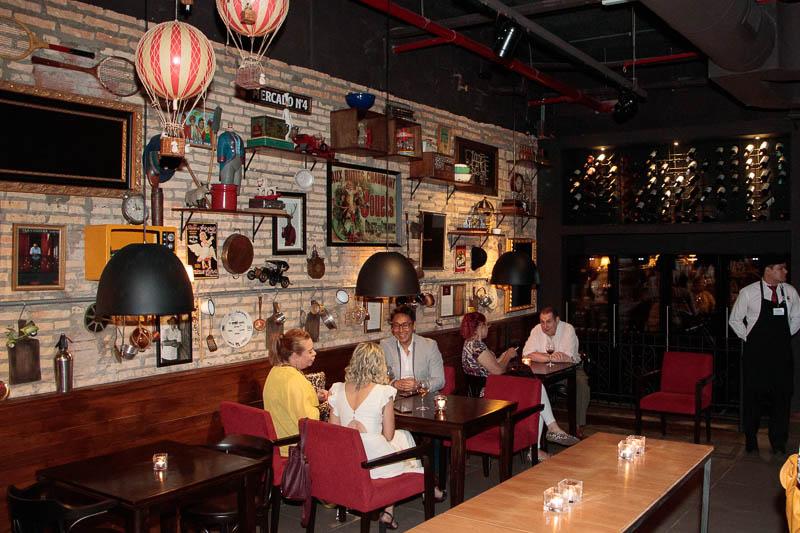 Un aspecto del salón del restaurante, en dónde combinaron el ambiente de bodegón que caracteriza a la marca con elementos más modernos a fin de adaptarlos al centro comercial.