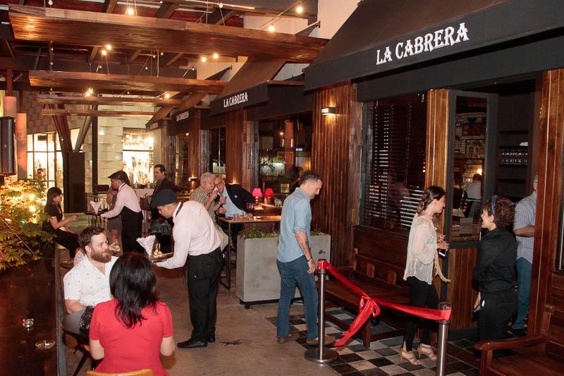 Entrada al loca de La Cabrera y en frente en la galería del Shopping del Sol, se instalaron mesas y sillas a la manera de una terraza que da frente a la avenida Aviadores del Chaco.