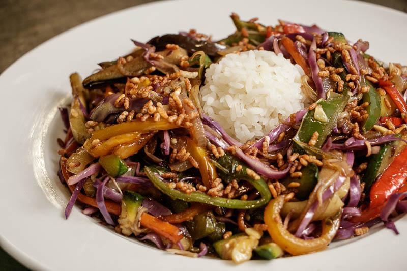 Vegetales al wok, otro de los platos que sirven en Lo de Silvero. También cocinan al wok, todo tipo de carnes.
