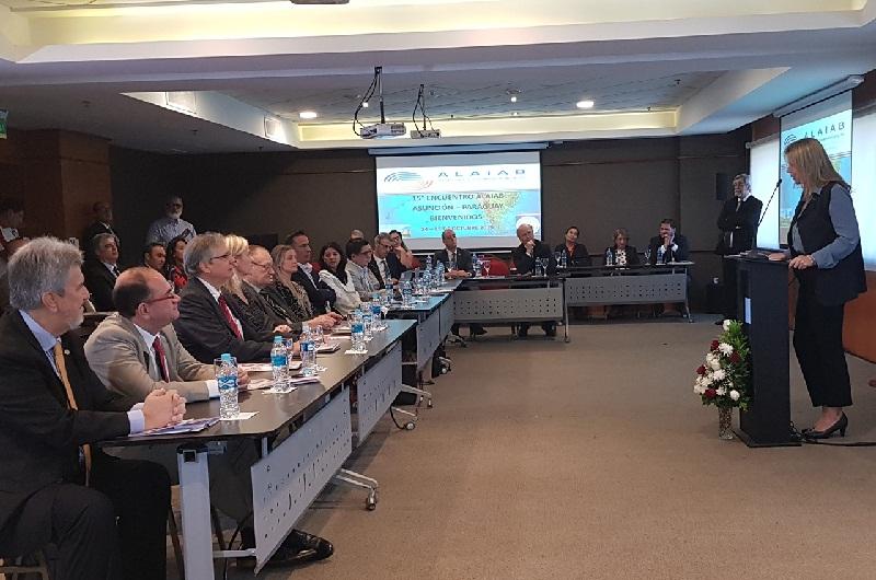Acto de apertura de la reunión anual de ALAIAB. La ministra de Industria, Liz Cramer dirigiéndose a los representantes de industrias alimentacias de toda América Latina.