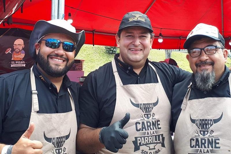 Leyzman Salim, primero de la derecha, junto a los costarricenses Alejandro Esquivel y Federico Quesada, con quienes partcipará en el mundial del asado, en Estados Unidos.