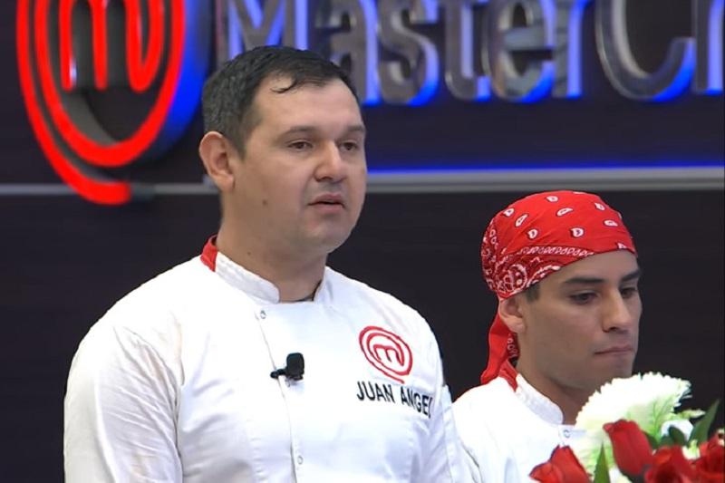 Juan Angel Villamayor, capitán del equipo que anoche se anotó la primera gran goleada en MasterChef. A su lado, Rodrigo León uno de los integrantes de su grupo que se destacó con los finger foods.