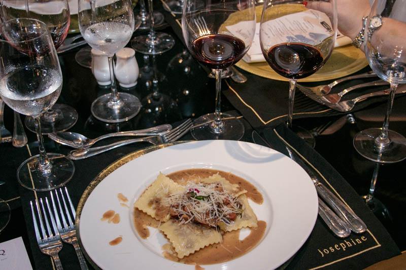 En el plato, ravioles con salsa de hongos y almendras. En las copas,  Zuccardi Q Malbec 2000 y Zuccardi Q Tempranillo 2006.