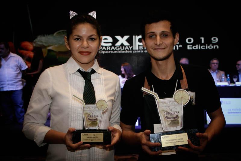 Luz Acuña, de Taj y Enrique Paredes de Lo de Osvaldo posan con los trofeos que obtuvieron como ganadores del campeonato nacional de caipiriña.