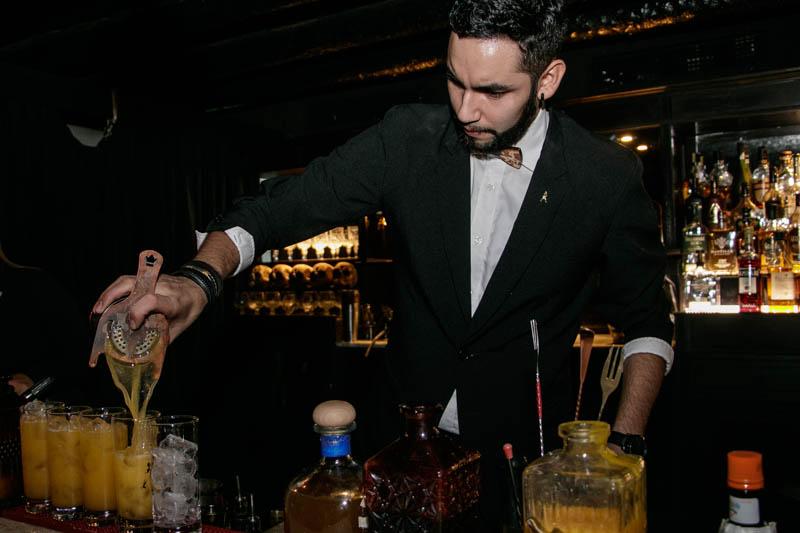 César Ocampos, el jefe de la barra, es el autor de la nueva carta de tragos en The Broklyn Hotel. Aquí preparando varios Al Capone.