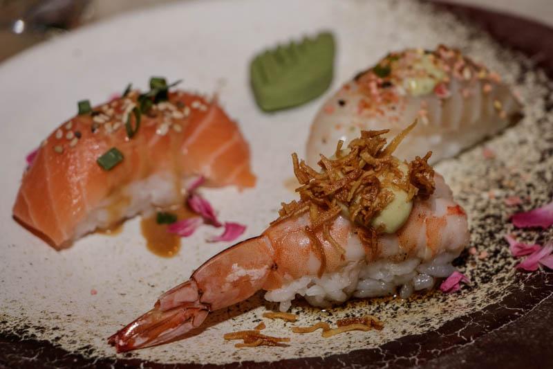 Degustación de nigiris de salmón, langostinis y pesca blanca. También hay degustraciones de geishas.