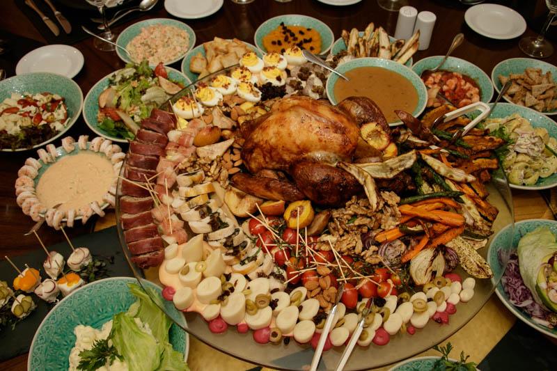 Una mesa buffet con una muestra de las ofertas que se tienen pensado ofrecer en las cenas de fin de año, presentó hoy el Sheraton Asunción Hotel anunciando el nutrido programa de eventos gastronómicos que tiene previsto para estas fechas.