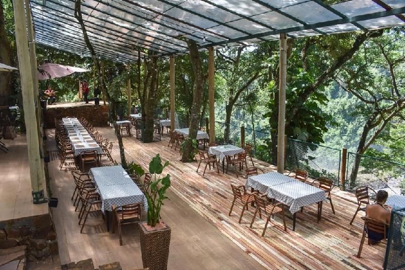 Otra vista de la terraza del restaurante, al fondo se aprecia un escenario ya que el servicio también incluye show. Fotos gentiliza de Mabel Martínez, quién es la encargada del restaurante.