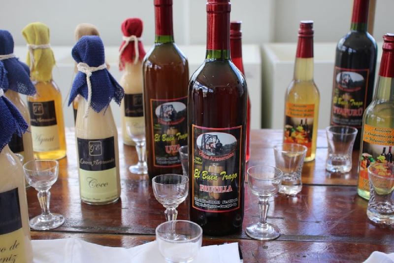 Algunos de los licores que producen en la ciudad de Yegros. La mayoría se elaboran en base a las frutas de la zona, en especial el aguaí.