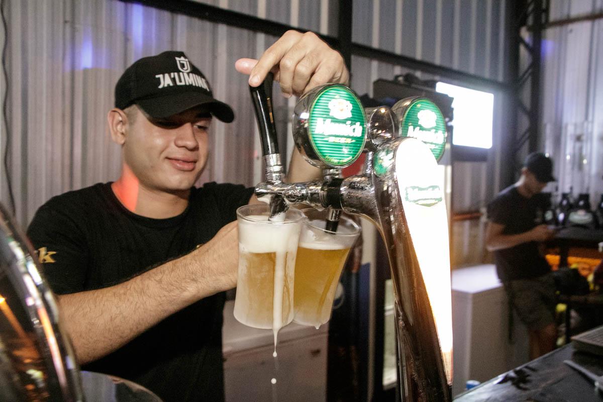 La especialidad de la casa, cerveza en chop. Se nota como los vasos lucen una escarcha producto del enfriamiento previo.