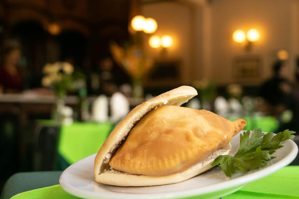 Esta es la sandwinada. Un pan especial para acompañar a la empanada, que ya se sirva así en forma de sandwich en el San Roque