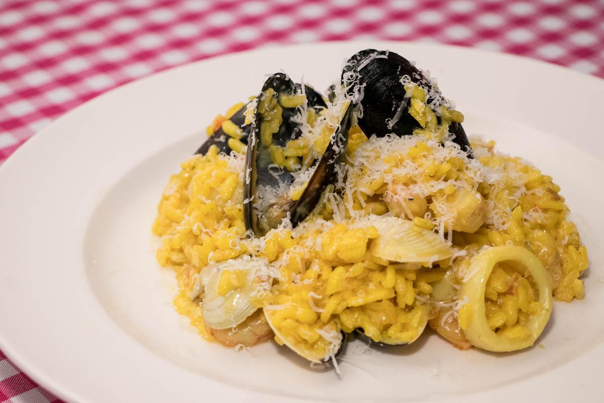Risotto con frutos de mar, una de las grandes especialidades de la casa. Y el cocinero es un experto en la materia.