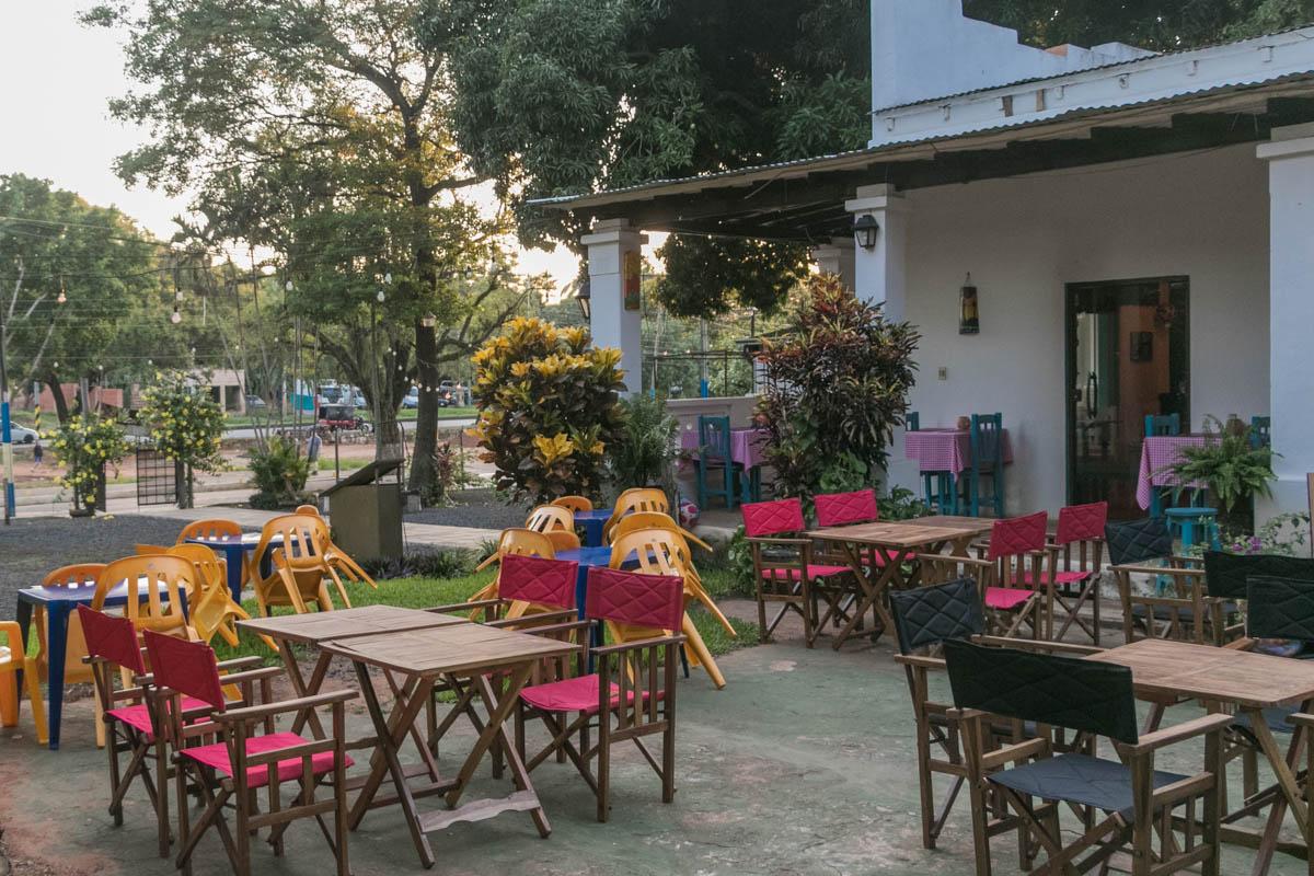 Otro ángulo de las instalaciones de la pizzería. Tiene un pequeño parque infantil y espacio de estacionamiento para unos 100 vehículos.