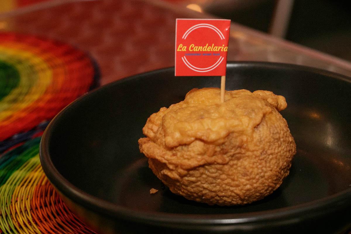 Esto que parece villarroel es un Aborrajado, preparado con masa hecha base de banana madura que se fríe y que va rellena de dulce de guayaba y queso.