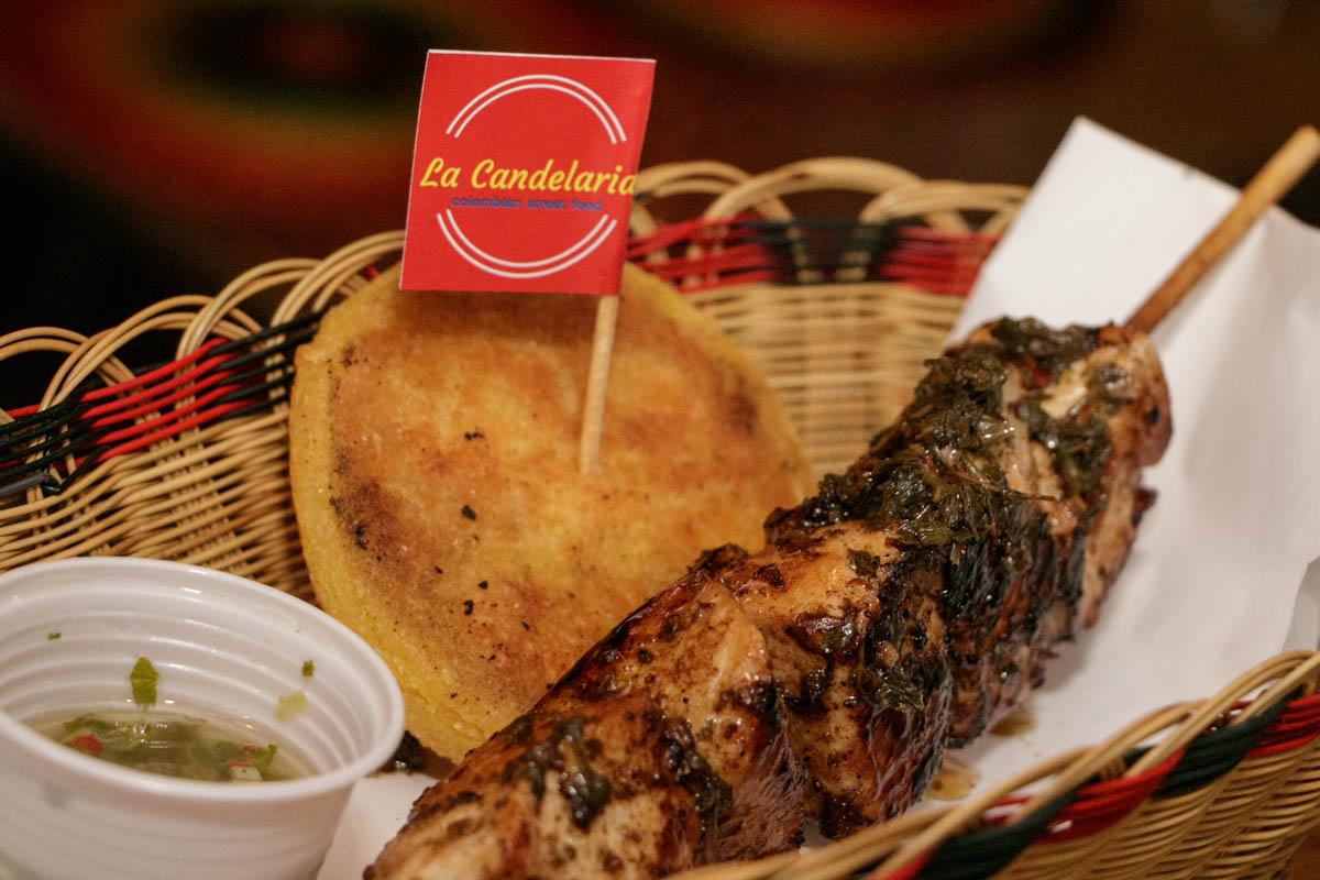 Los pinchos, que pueden ser de pollo o carne vacuna y van acompañados de una salsita especial y una arepita.