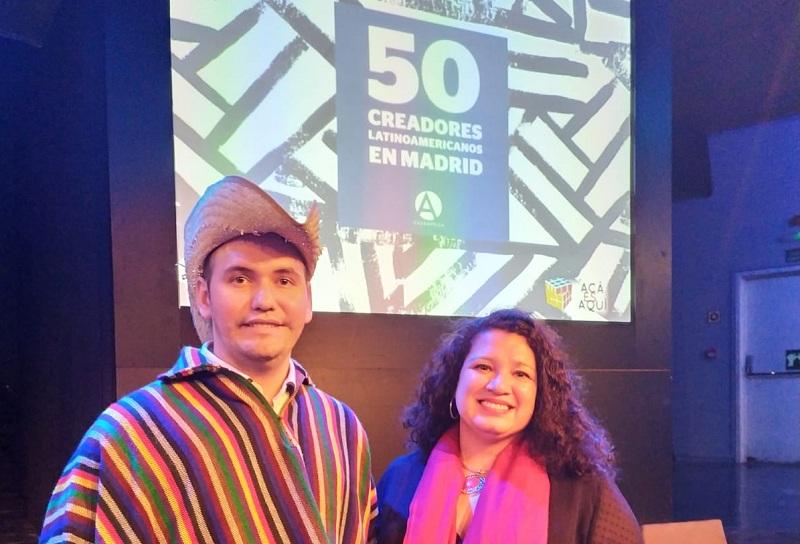 Catalino durante la premiación realizada anoche en Casa de América en Madrid, España. Aparece junto a la ministra Liz Haydee Coronel, de la embajada paraguaya.