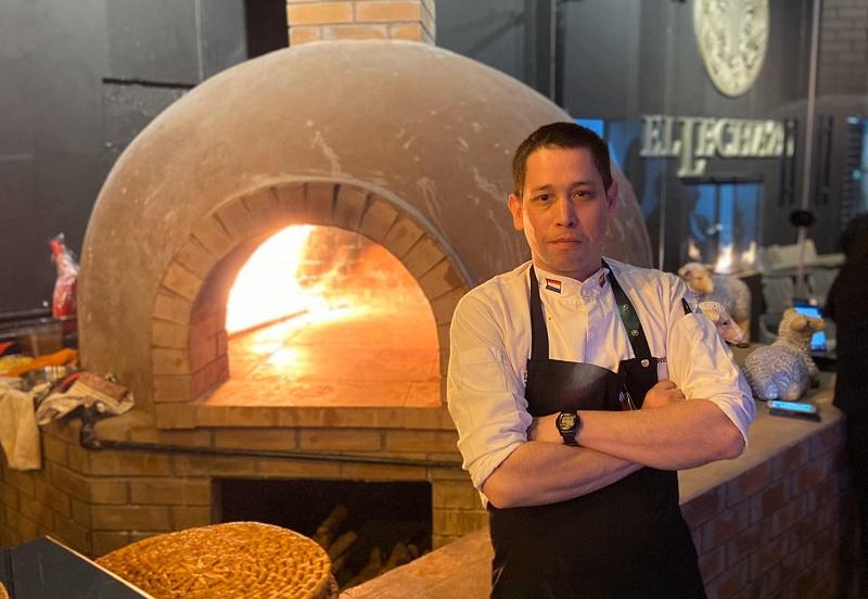 Guillermo Benítez Cáceres, chef pagauayo radicado en España y contratado para montar un restaurante en Arabia Saudito. Aquí se lo ve frente al horno a leña donde cocinan los corderos lechales.