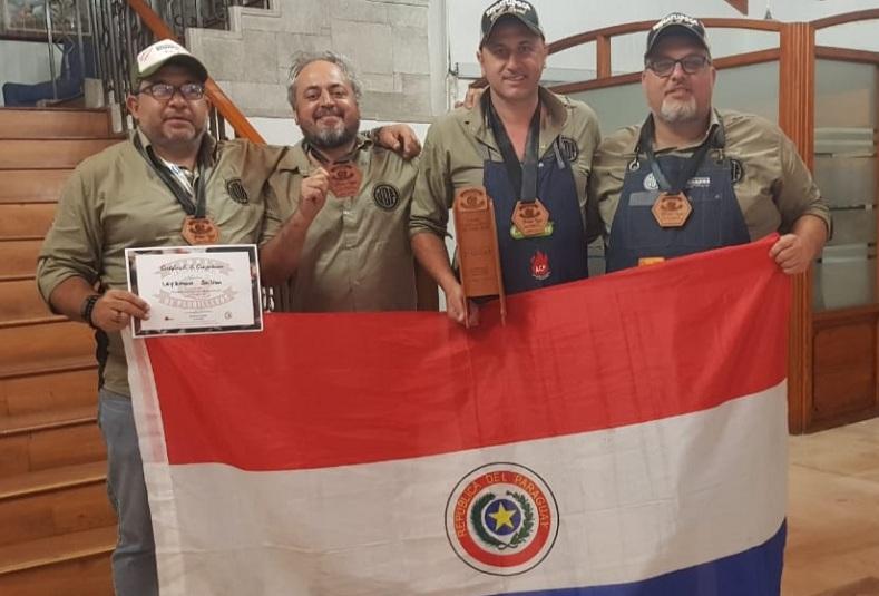 Leyzman Salim, Jimmy Benítez, José Torrijos y Andre Magon, mostrando los trofeos que obtuvieron. Representaran a Paraguay en el mundial del asado en Bélgica.